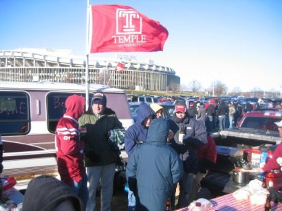 Temple fans freezing their arses off in the parking lot at JFK.